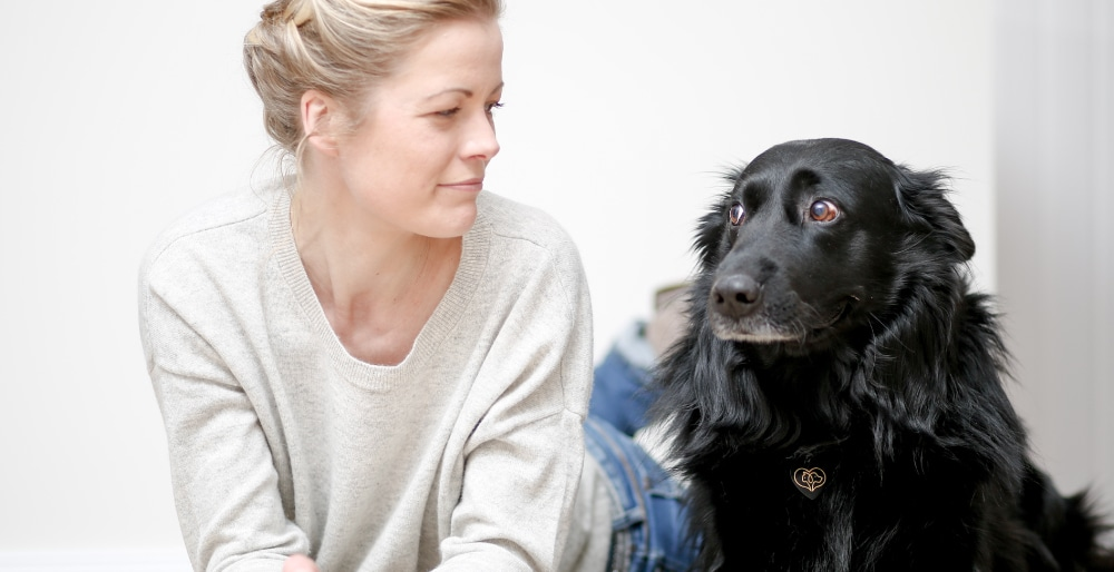 Simone Bliefernich, BARFGOLD-Ernährungsberaterin mit ihrem Hund Bolle